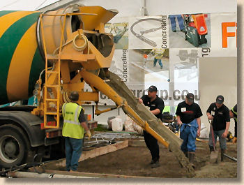 'placing concrete' from the web at 'http://www.pavingexpert.com/images/aggs/concrete_placement.jpg'