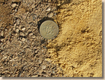 'soft and sharp sand' from the web at 'http://www.pavingexpert.com/images/aggs/gritSand_compare.jpg'