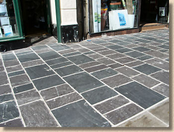 'slate flagstones in caernarfon' from the web at 'http://www.pavingexpert.com/images/aggs/slate_caernarfon.jpg'