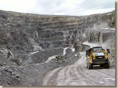 'penrhyn slate quarry' from the web at 'http://www.pavingexpert.com/images/aggs/slate_quarry.jpg'