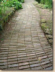 'garden path' from the web at 'http://www.pavingexpert.com/images/blocks/clays_garden01.jpg'