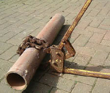 'pipe cutters' from the web at 'http://www.pavingexpert.com/images/drainage/drn066.jpg'