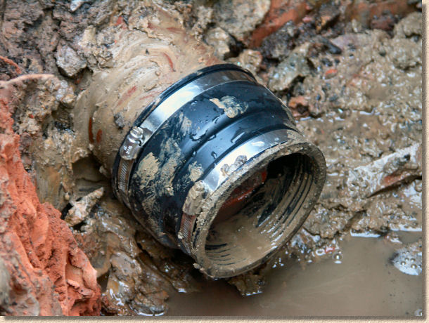 'coupling in place' from the web at 'http://www.pavingexpert.com/images/drainage/ic/09.jpg'