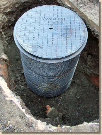 'add lid' from the web at 'http://www.pavingexpert.com/images/drainage/ic/22.jpg'