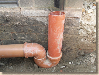 'p-trap' from the web at 'http://www.pavingexpert.com/images/drainage/pTrap_plastic.jpg'
